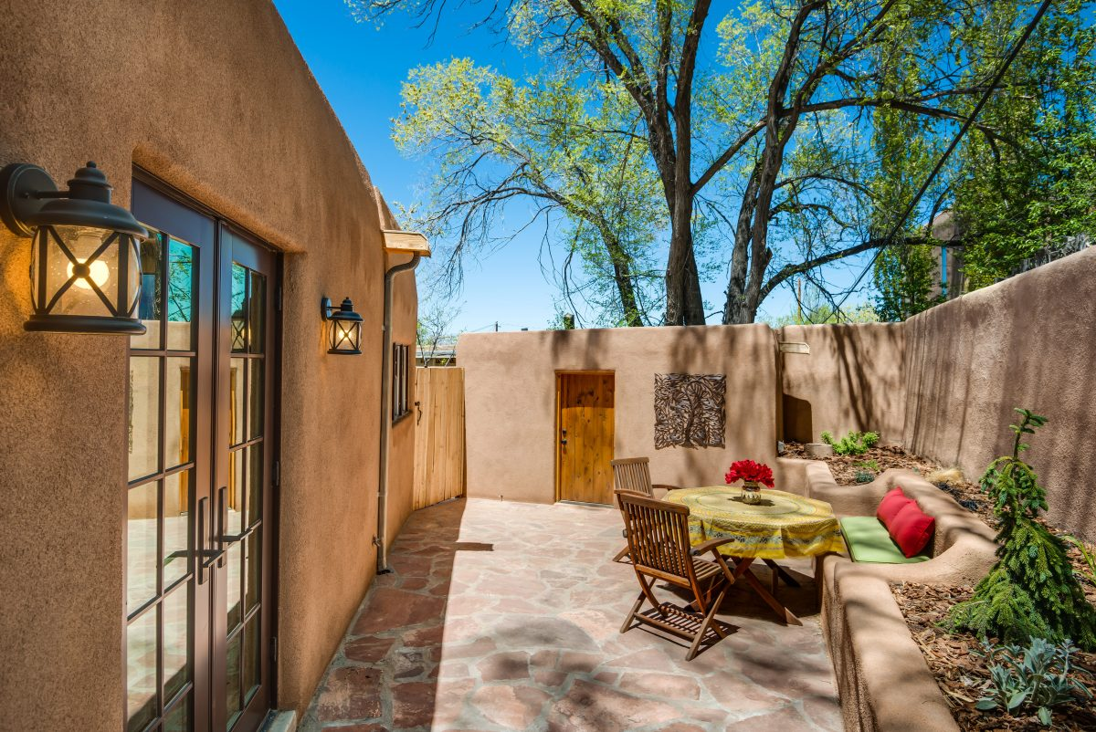 Santa fe vacation home rentals los portales new mexico for Santa fe new mexico cabin rentals